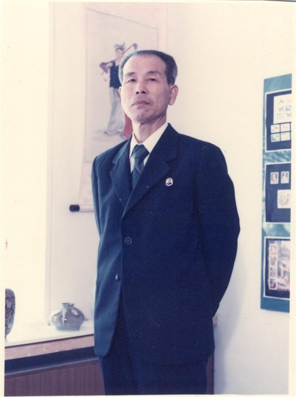 1986년 무렵 김수경 1968년 김수경은 북한의 국가도서관인 중앙도서관(지금의 인민대학습당)으로 자리를 옮겼다. 이 사진을 촬영할 무렵 김수경은, 인민대학습당 운영방법 연구실장으로 일했다. 그가 일한 인민대학습당 안에서 촬영한 사진으로 추정된다.