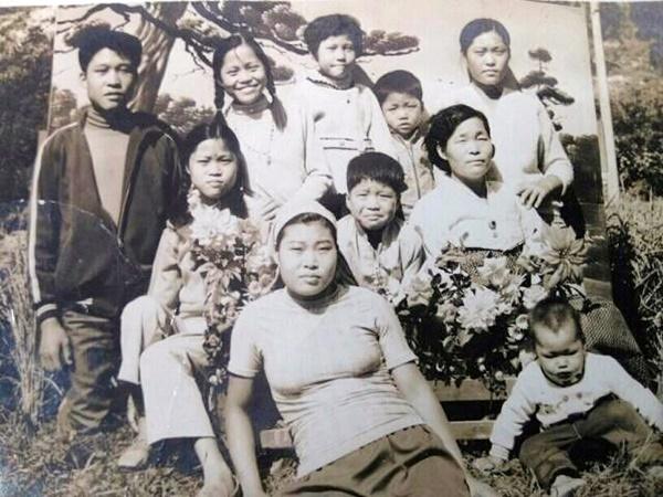 수십 년 전 형제·누이들과 함께 찍은 가족사진. 어머니(맨 오른쪽 두번째 줄) 왼쪽에 있는 아이가 어린 시절의 그다.