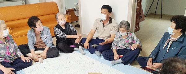 박 이장이 할머니경로당에서 새벽에 내린 폭우피해 상황에 대해 설명하고 있다.