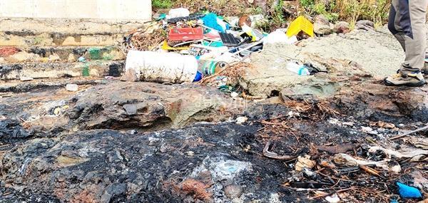 거제신문은 기획영상으로 제작중인 지역 쓰레기 문제에 대한 영상제작을 위해 둘러본 지역 어촌마을 해양쓰레기 실태가 전체적으로 심각한 것으로 드러났다. 사진은 해안 갯바위에 버려진 폐쓰레기들과 쓰레기를 소각한 흔적들.