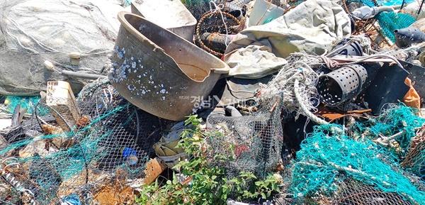 거제지역 해안 곳곳에 어민들과 낚시꾼들이 버린 폐어구 및 각종 쓰레기들이 쌓여 있다.