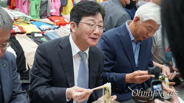국민의힘 대선경선 후보인 유승민 전 의원이 13일 대구 서문시장을 찾아 점심을 국수로 식사하고 있다.