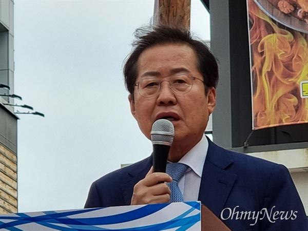 국민의힘 대선경선 후보인 홍준표 의원이 13일 오후 대구 동성로 대구백화점 앞에서 'TK 5대 공약'을 발표하고 있다.