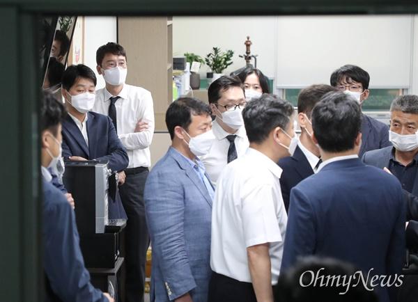 국민의힘 김웅 의원(왼쪽 뒤)이 13일 국회 의원회관 내 사무실에서 압수수색을 마친 뒤 대화하는 고위공직자범죄수사처(공수처) 관계자들을 지켜보고 있다.