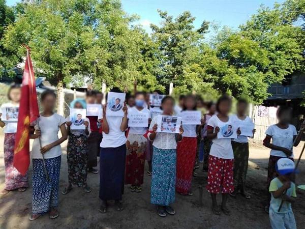 12일 부다린시 욱아인마을에서 반독재 시위-'UN은 조모툰을 인정하라!'