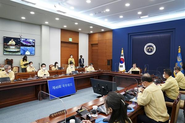 문재인 대통령이 14일 오전 청와대 여민관 영상회의실에서 열린 국무회의(영상)에 참석해 발언하고 있다.