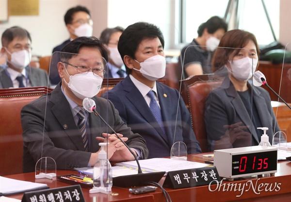 박범계 법무부 장관이 14일 오전 서울 여의도 국회에서 열린 법제사법위원회 전체회의에서 의원들의 질의에 답변하고 있다.
