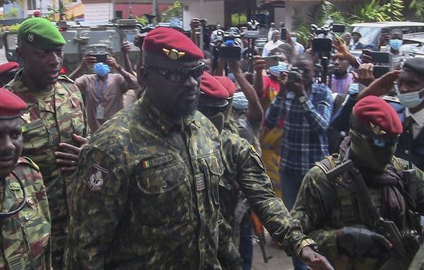 기니의 특수부대 사령관이자 군사정권 대통령인 마마디 둠부야 대령이 2021년 9월 10일 기니 코나크리에서 서아프리카 경제 공동체(ECOWAS) 대표단을 만나기 위해 도착하는 모습.