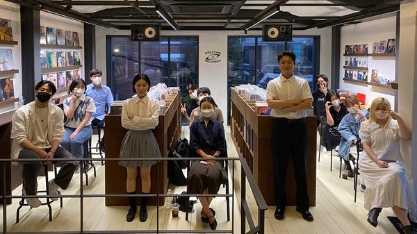 9월 11일 토요일 서울 용산구 웰컴레코즈에서 수민과 슬롬의 합작 프로젝트 '수민 X 슬롬'의 첫 정규 앨범 '미니시리즈(MINISERIES)' 음감회가 열렸다.