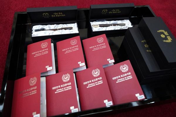 문재인 대통령이 14일 방탄소년단(BTS)에게 '미래세대와 문화를 위한 대통령 특별사절' 임명장을 수여하고 외교관 여권 및 만년필 선물로 전달했다.