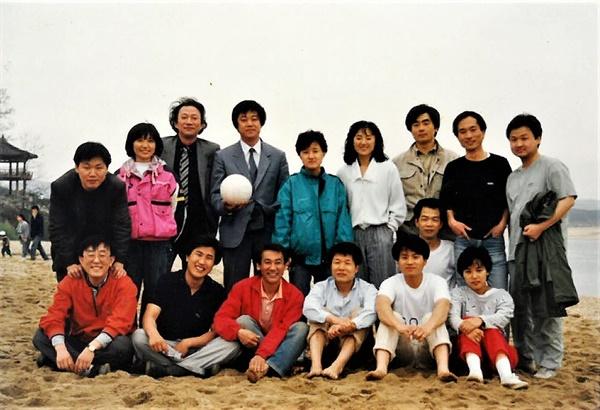 1989년 한국영화기획실모임 야유회. 윗줄 왼쪽 첫번째 안동규 대표, 네번째 이춘연 대표, 여섯번째 김미희 대표, 일곱번째 권영락 대표. 아랫줄 오른쪽 끝 심재명 대표 등등