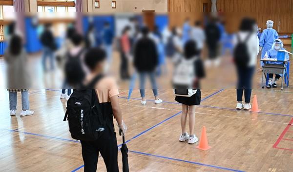 7일 오전 광주 북구의 한 중학교에서 총 13명의 코로나19 확진자가 발생, 이 학교 1~2학년 학생들이 전수검사를 받고 있다