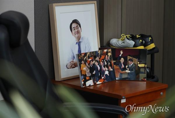 더불어민주당 대선 경선 후보인 박용진 의원의 의원회관 사무실에 2020년 1월 '유치원 3법' 통과 당시 박 의원이 동료 의원들과 자축하는 모습을 담은 사진이 놓여 있다.