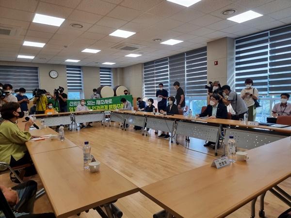 한정애 환경부 장관이 14일 청주시 북이면을 찾아 시민단체 및 주민들의 요구사항을 최대한 수용하겠다고 밝혔다.