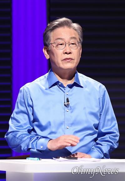 더불어민주당 이재명 대선 경선 후보가 14일 오후 서울 마포구 상암동 MBC에서 100분 토론을 준비하고 있다.