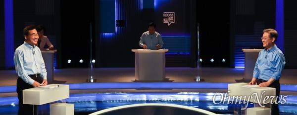 더불어민주당 이재명(오른쪽), 이낙연 대선 경선 후보가 14일 오후 서울 마포구 상암동 MBC에서 열린 100분 토론에서 일대일 토론 리허설을 하고 있다.