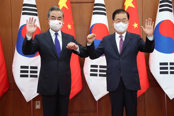 정의용 외교부 장관(오른쪽)과 왕이(王毅) 중국 외교담당 국무위원 겸 외교부장이 15일 오전 서울 종로구 외교부 청사에서 열린 한중 외교장관회담에 앞서 기념 촬영을 하고 있다.