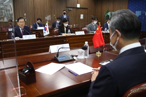 정의용 외교부 장관과 왕이(王毅) 중국 외교담당 국무위원 겸 외교부장이 15일 오전 서울 종로구 외교부 청사에서 한중 외교장관회담을 하고 있다.