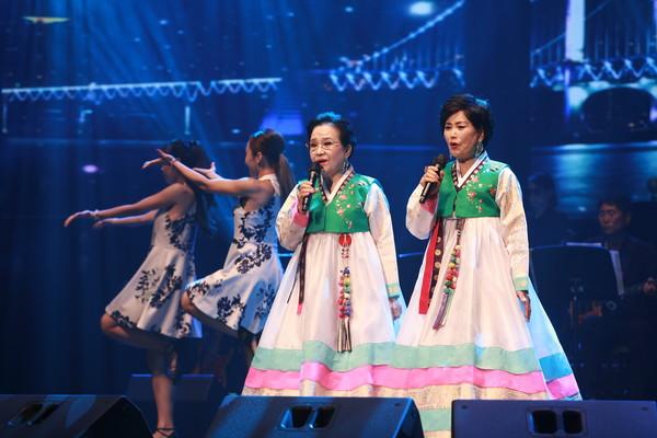 삼천포아가씨 원곡을 부른 은바울 자매가 초대가수로 무대를 선보였다.