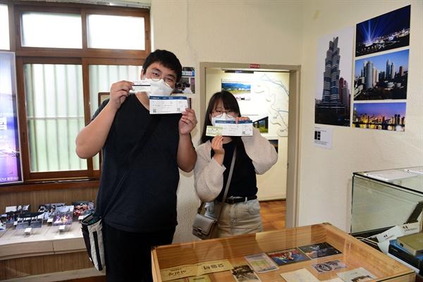 평양행 비행기 티켓과 대전에서 출발하는 대륙횡단열차 티켓이 기념품으로 제공되고 있다.