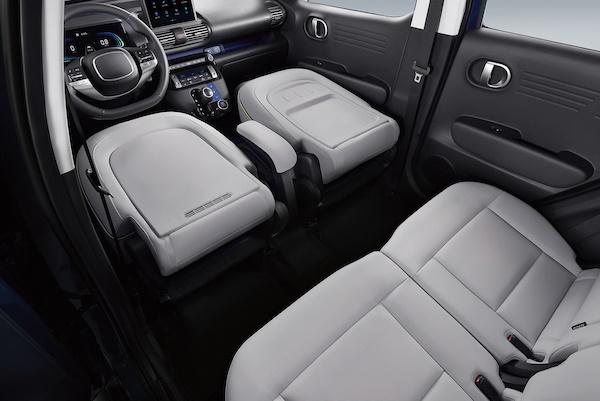 현대차의 경형 스포츠유틸리티차(SUV) 캐스퍼. 세계 최초로 운전석 시트가 앞으로 완전히 접히는 풀 폴딩(Full-folding) 시트를 적용해 실내 공간 활용성을 확장했다.