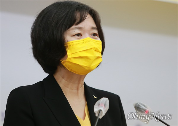 정의당 대선경선 주자인 이정미 전 대표가 15일 부산시의회에서 기자회견을 열고 있다