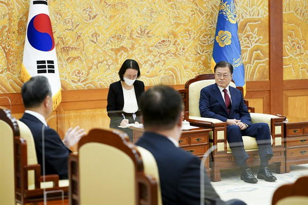 문재인 대통령이 15일 청와대 본관 접견실에서 왕이 중국 국무위원 겸 외교부장을 접견하고 있다.