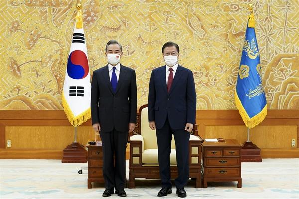 문재인 대통령이 15일 청와대에서 왕이 중국 외교담당 국무위원 겸 외교부장과 접견, 기념촬영을 하고 있다.