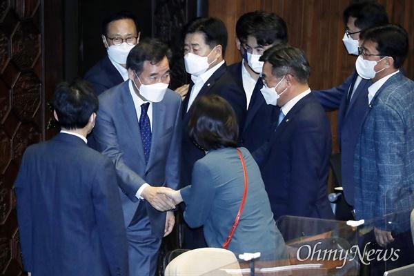 더불어민주당 이낙연 대선 경선 후보가 15일 국회 본회의에서 자신의 사직안이 가결된 뒤 동료 의원들과 인사하고 있다.