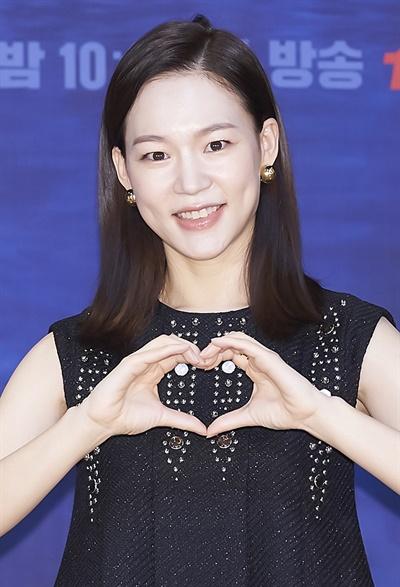 '홈타운' 한예리, 밀도 높은 섬세함 한예리 배우가 15일 오후 비대면으로 열린 tvN 새 수목드라마 <홈타운> 온라인 제작발표회에서 포즈를 취하고 있다. <홈타운>은 연이은 살인 사건을 쫓는 형사와 납치된 조카를 찾아 헤매는 여자가 사상 최악의 테러범에 맞서 비밀을 파헤치는 미스터리 스릴러다. 22일 수요일 밤 10시 30분 첫 방송.