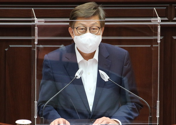 박형준 부산시장이 15일 부산시의회 299회 임시회 4차 본회의장에 나와 발언을 하고 있다.