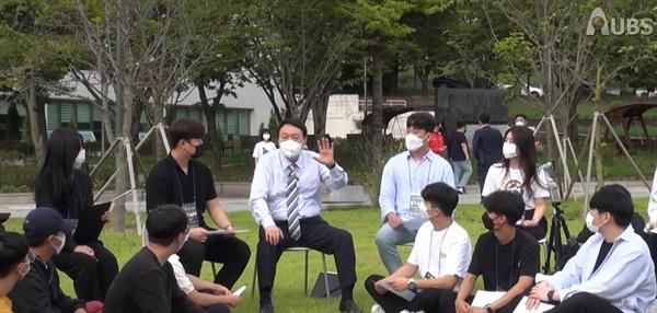 윤석열 국민의힘 대선경선 후보가 지난 13일 안동대학교를 방문해 학생들과 대화를 나누고 있다.