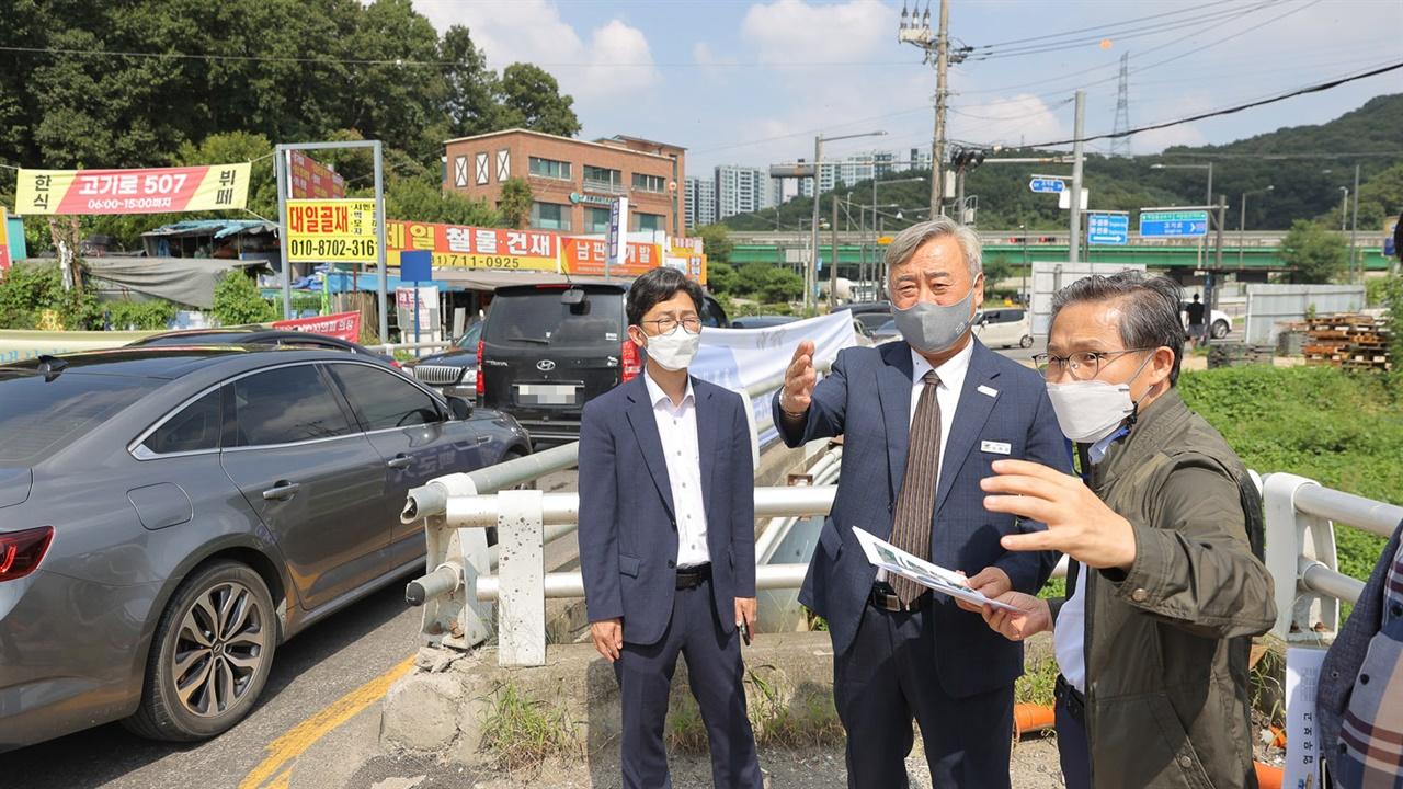 고기교 현장시찰에 나선 이재강 경기도평화부지사 모습