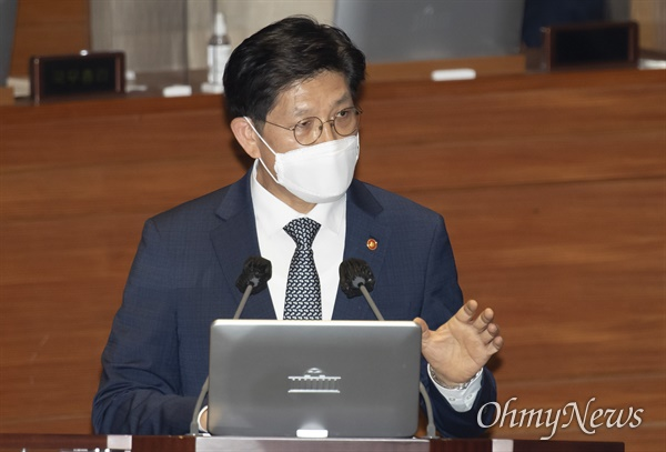 노형욱 국토부 장관이 15일 오후 국회 본회의에서 열린 경제 분야 대정부 질문에서 답변하고 있다.