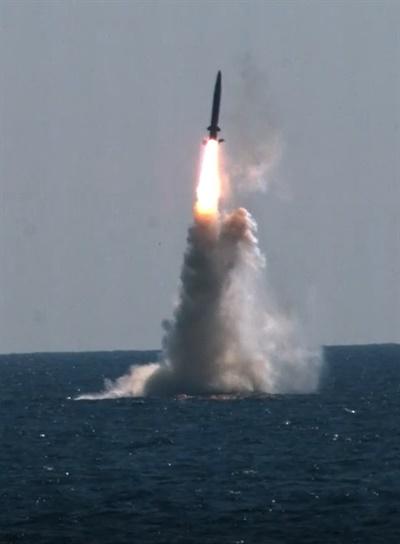 우리나라가 독자 개발한 잠수함발사탄도미사일(SLBM)이 15일 도산안창호함(3천t급)에 탑재돼 수중에서 발사되고 있다. 이날 발사시험은 국방과학연구소(ADD) 종합시험장에서 문재인 대통령을 비롯해 정부와 군의 주요 인사들이 참석한 가운데 이뤄졌다. SLBM은 잠수함에서 은밀하게 운용할 수 있으므로 전략적 가치가 높은 전력으로 평가된다. 현재 미국, 러시아, 중국, 영국, 프랑스, 인도 등 6개국만 운용하고 있는 무기체계로, 한국이 세계 7번째 SLBM 운용국이 됐다.