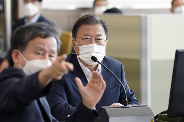 문재인 대통령이 15일 국방과학연구소 안흥시험장에서 미사일전력 발사 시험을 참관하고 있다.