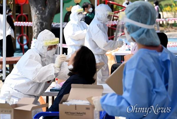 4월 6일 인천시 연수구 어린이집 코로나19 집단감염과 관련해 연수구 동춘근린공원에 마련된 임시선별검사소에서 시민들이 검체검사를 받고 있다.