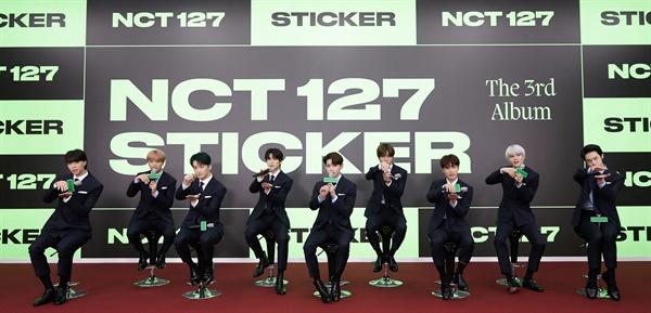 'NCT 127' 더 발전된 모습 NCT 127(태일, 쟈니, 태용, 유타, 도영, 재현, 마크, 해찬, 정우)이 17일 오전 비대면으로 열린 정규 3집 < Sticker(스티커) > 발매 온라인 기자간담회에서 포즈를 취하고 있다. 'Sticker'는 복잡한 세상 속에서 중심이 되어주는 사랑하는 사람과 늘 함께하며 두 사람만의 역사를 써 내려가겠다는 메시지를 담고 있다.