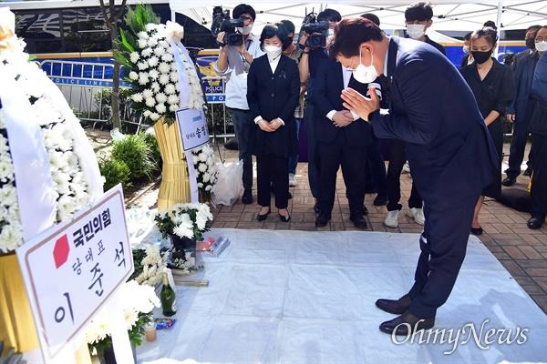 더불어민주당 송영길 대표가 9월 17일 서울 영등포구 국회 앞에 마련된 자영업자 합동분향소에서 고인들의 명복을 빌고 있다.