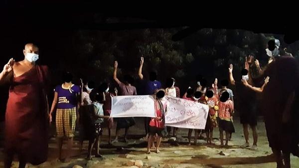 16일 만달레이 비지다쿤에서 수배자 승려와 제자들의 시위
