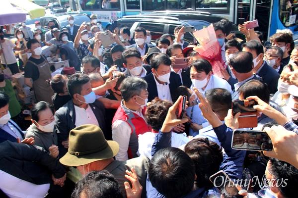 국민의힘 윤석열 대통령선거 경선후보가 18일 오후 창원 마산어시장을 방문했다.