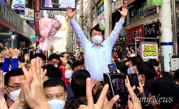 국민의힘 윤석열 대통령선거 경선후보가 18일 오후 창원 반송시장을 방문했다.