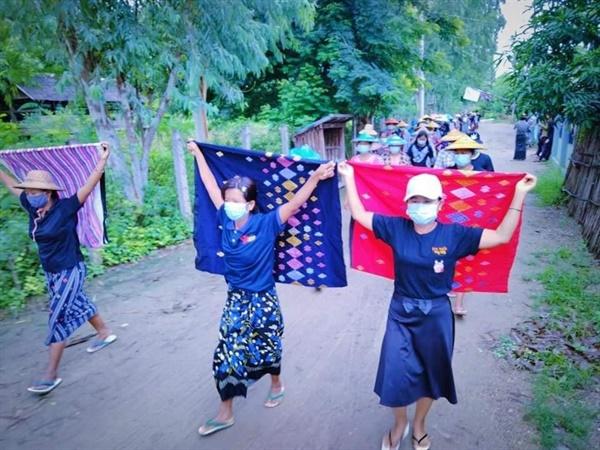 20일 사가잉주 예마빈과 사린지 마을 여성들이 연합하여 반독재 시위