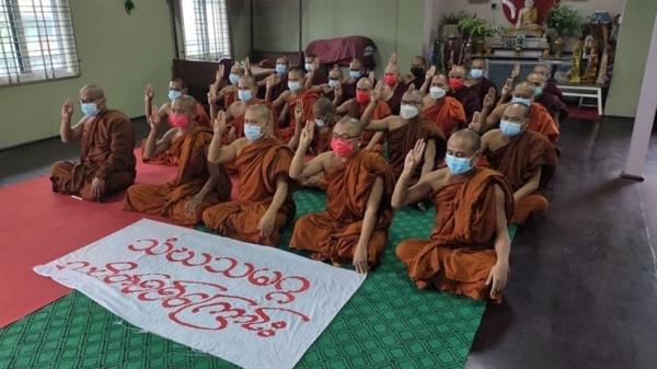 19일 만달레이시 총승려회에서 반독재 시위와 기도회
