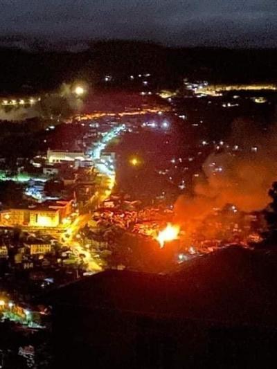 18일 밤 8시경 친주 하카시 친우시구에 군경들이 진압에 들어가고 여러 무기들로 공격하고 집들을 태웠다.
