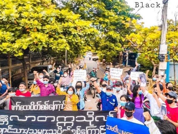 19일 낮 만달레이에서 벌어진 반독재 시위