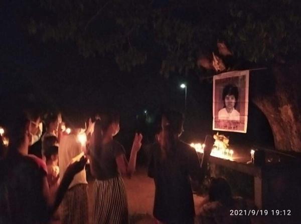 8888 민주화운동 중에 사망한 윈뭐우씨를 추모하며 디베옌 시민들이 반독재 시위를 벌였다.