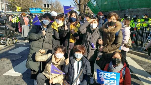 2021년 2월, 김진숙 지도위원 복직을 위한 희망뚜벅이에 한국여성노동자회 활동가들은 페미워커클럽 멤버인 혜리, 찬님과 함께 했어요. 지역의 여성노동자회 활동가들도 함께하며 추운 겨울, 목표지까지 끝까지 걸어가며 연대를 다졌던 기억이 떠오릅니다.