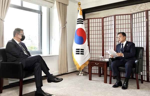 문재인 대통령이 21일(현지시각) 미국 뉴욕 시내 호텔에서 앨버트 불라 화이자 최고경영자(CEO, 왼쪽)와 접견하고 있다.