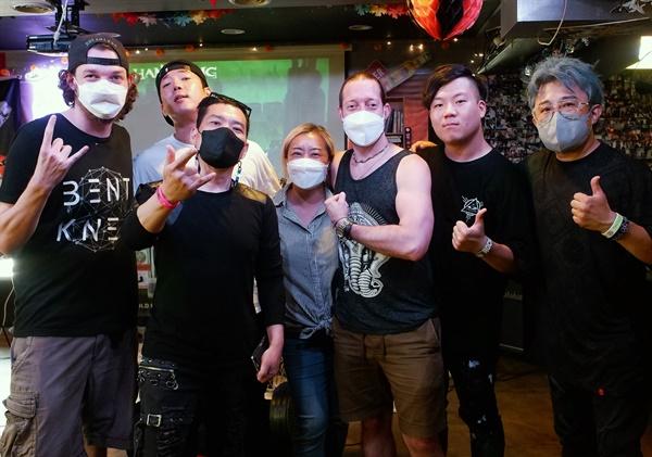해머링 밴드와 리커버거 대표인 박정미씨와 그의 남편 애런(Aaron Bruckar, 가운데t)